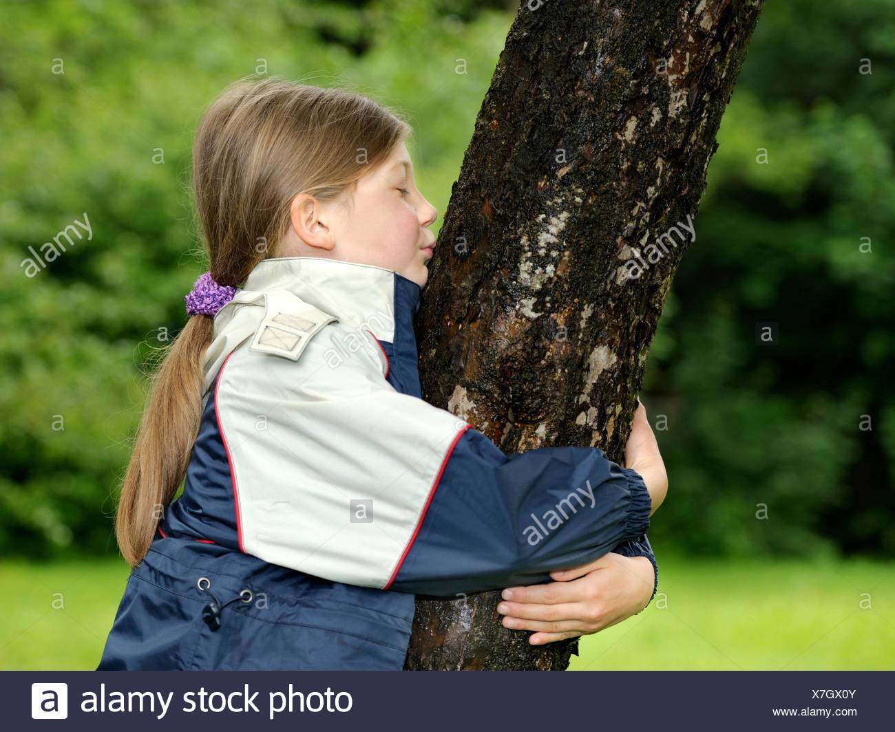 Mädchen, Baum, Umarmen, Beschützen, Bewahren, Schutz, genre, Schützen, Umweltschutz, Ökologie, ökologisch, Natur, natürlich, echt, wahrhaftig, lícito, Naturschutz, Rohstoff, Spiel, Spielen, Wachsen, Wachstum, Liebe, Wald, Zukunft, Spaß, Nachhaltigkeit, Kindheit, lachend, Jung, Hände, draußen, Erhalten, Forst, Euphorie, Freude, Frühling, Holz, grün, allein, Image Regenkleidung, weiblich, gute Laune,,, Toben Glücklich, Regenjacke, Regenwetter, Portrait, Kuss, Kuß, Busserl, Bussel, Bussi, personne, Baumstam Photo Stock