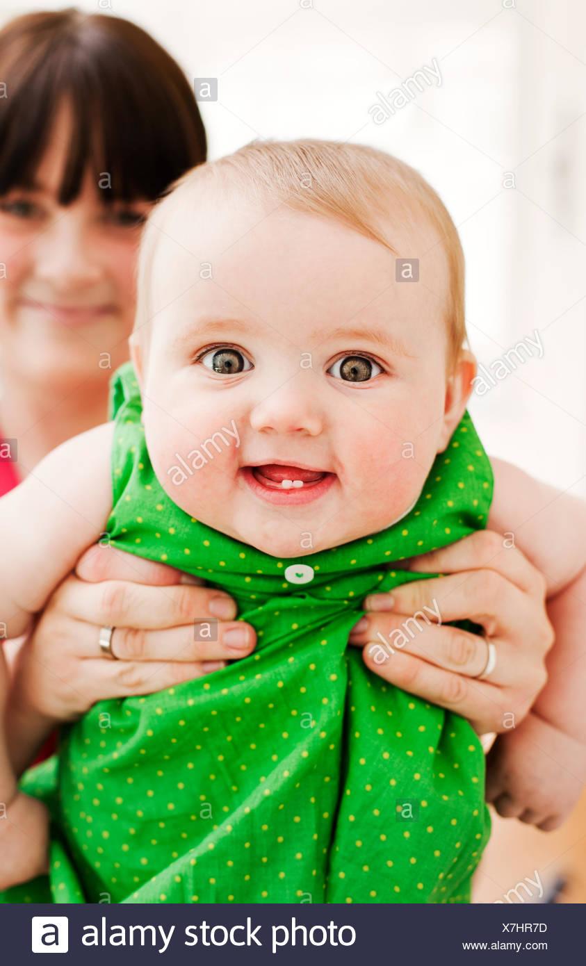 Mère montrant outre de son bébé (18-23 mois) Photo Stock