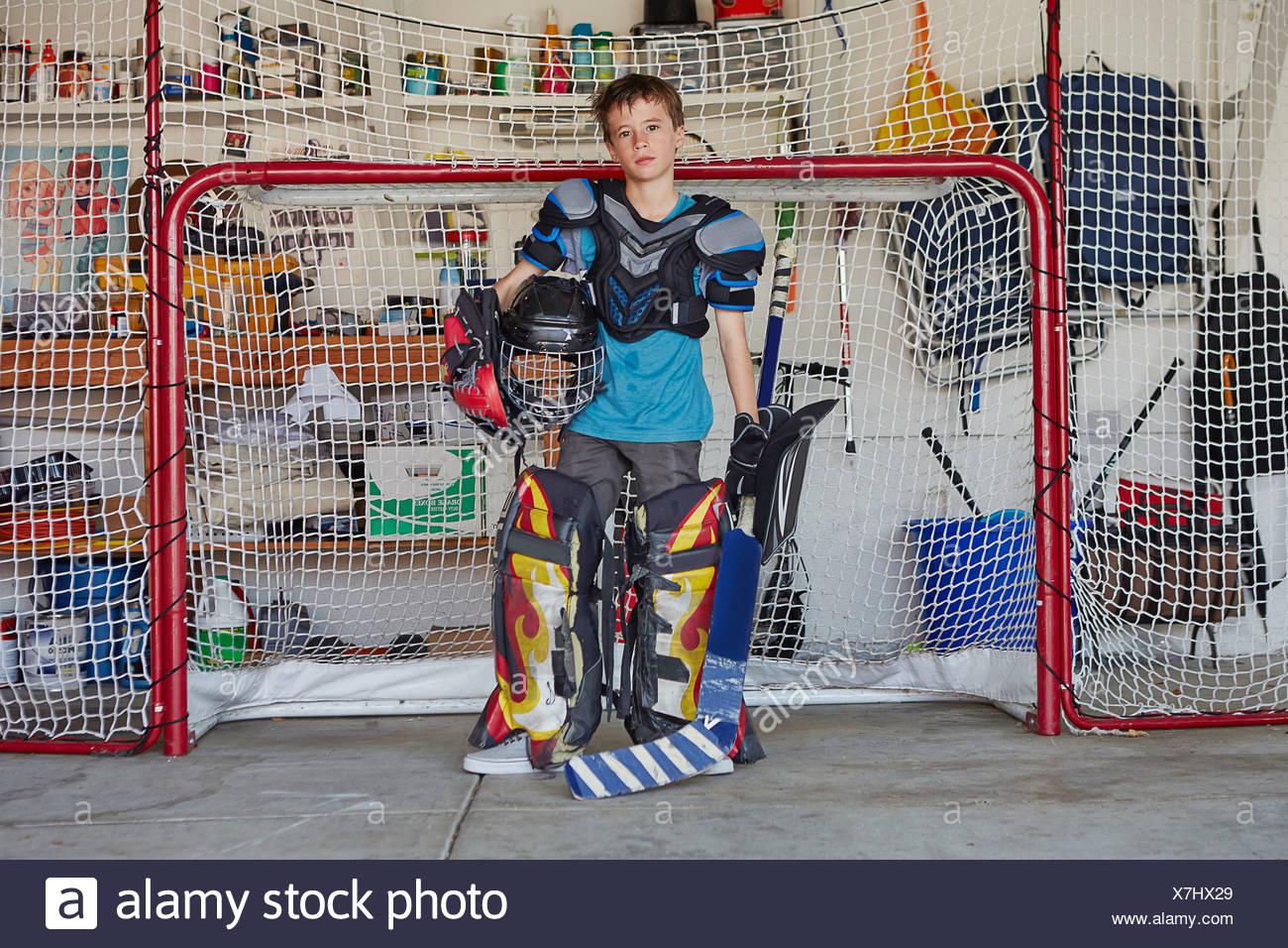 Garçon dans but de hockey portant des vêtements de sport Photo Stock