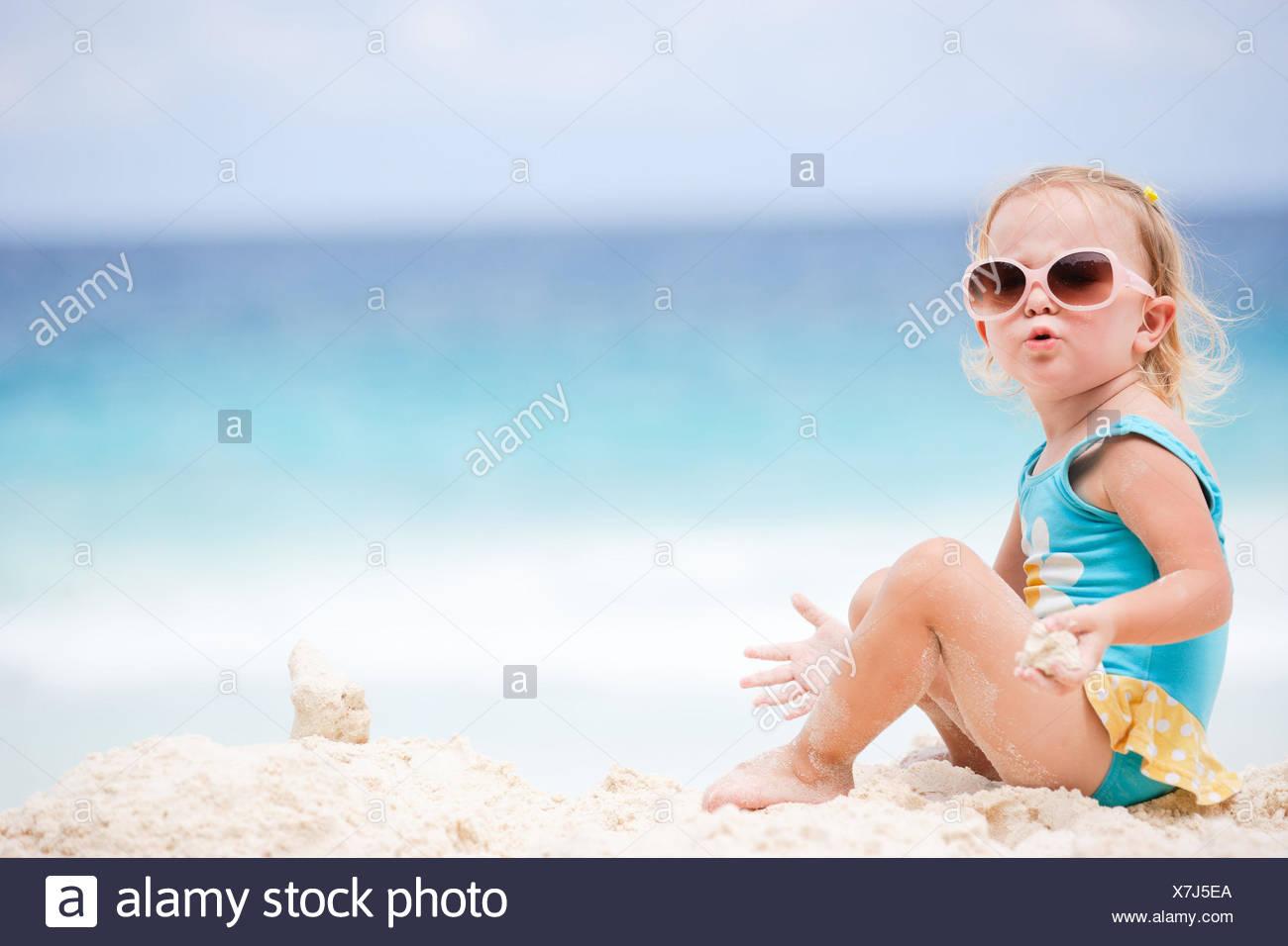 Adorable bébé fille jouant avec le sable au Tropical Beach Photo Stock ced4e995d33
