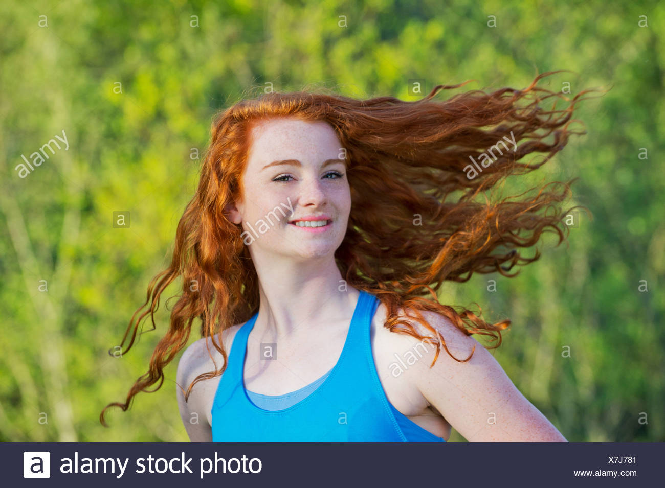 Portrait of teenage girl with long cheveux rouge Photo Stock