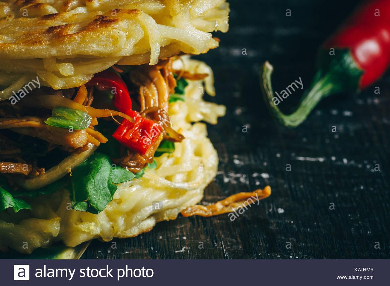 Image recadrée de Ramen Burger Avec Piment rouge Photo Stock