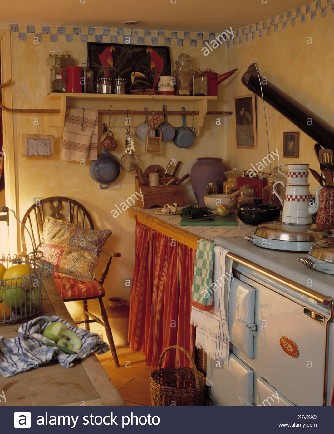 Four Aga En Cuisine Cottage Avec Rideau Sur Meuble Et Main