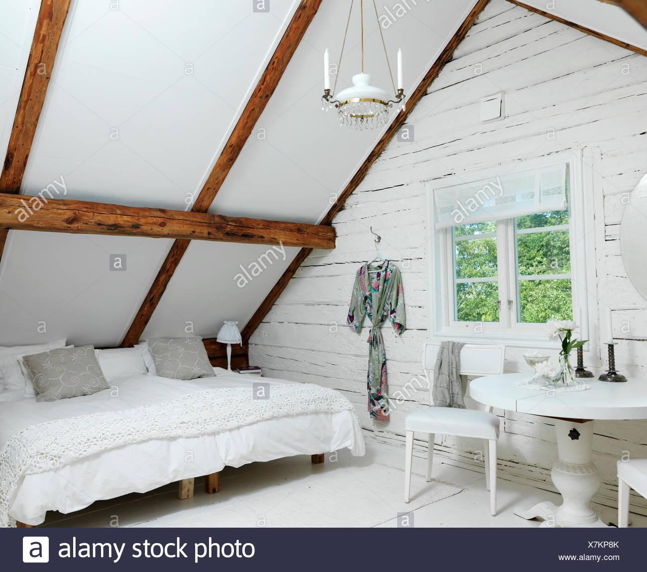 La Suède, une chambre mansardée dans un style rustique Photo Stock