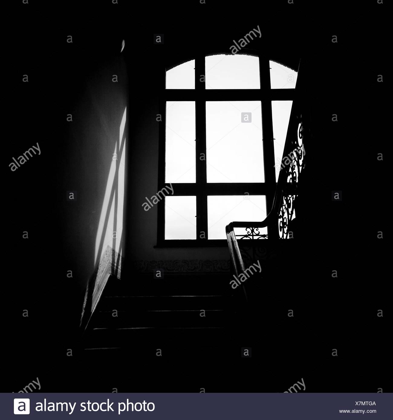 Fenêtre contre l'escalier Photo Stock