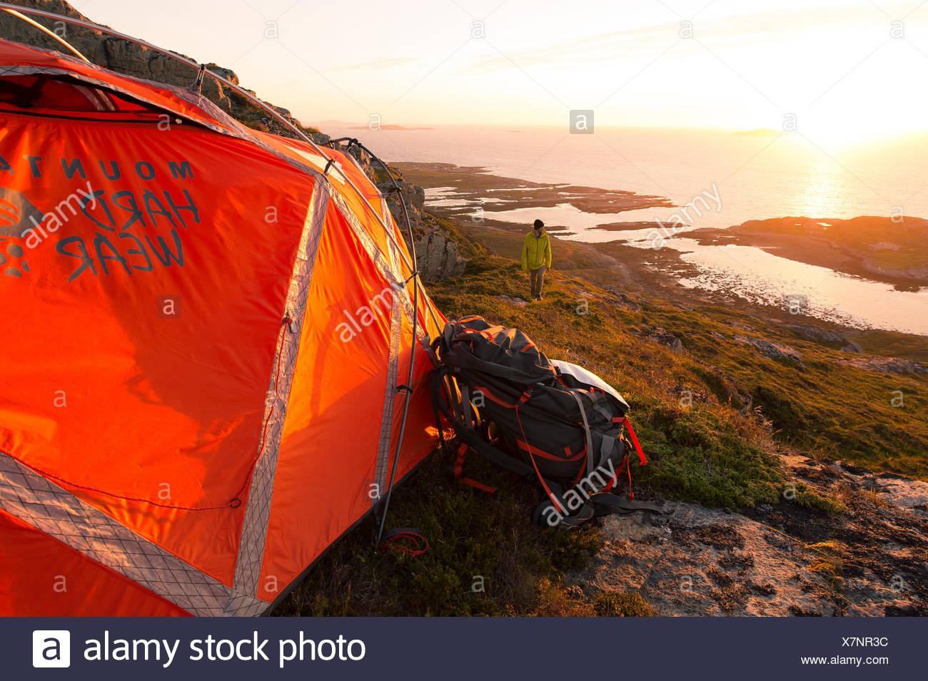 Camping pendant le soleil de minuit Banque D'Images