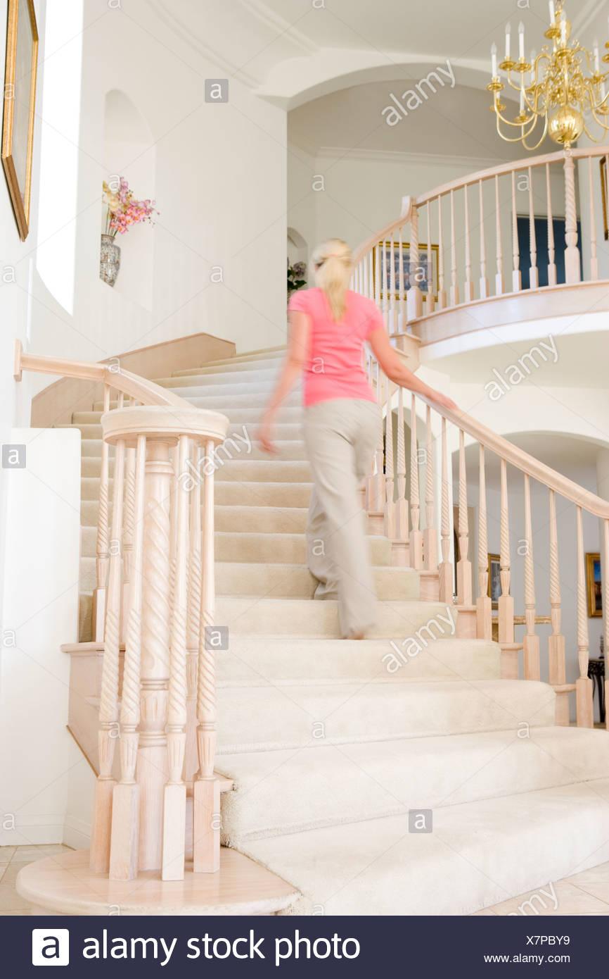 Escalier Dans La Maison femme qui monte escalier dans la maison de luxe banque d