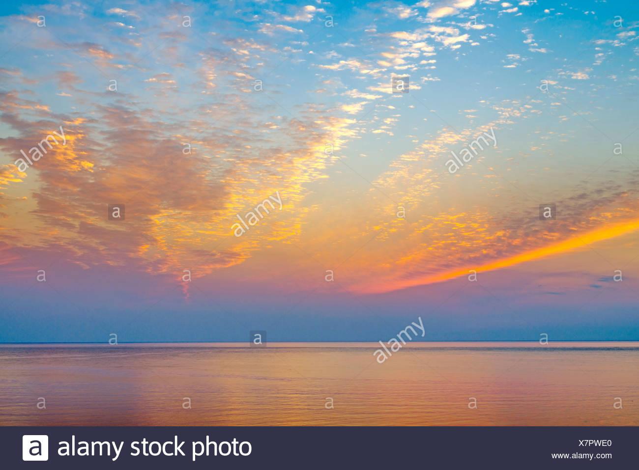 Lever du soleil sur l'océan. Photo Stock