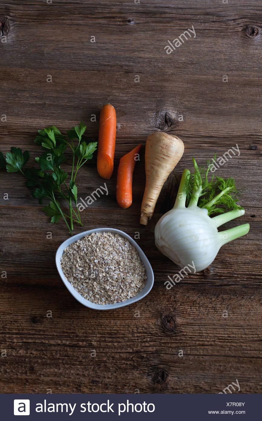Le fenouil, panais, carottes, le persil et l'avoine sur la table en bois rustique Photo Stock