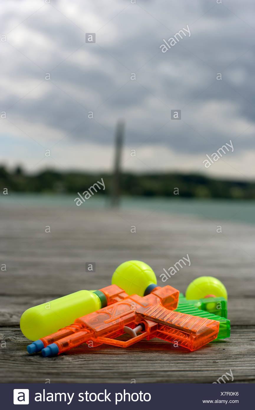 Deux pistolets à eau posé sur une passerelle en bois, selective focus Banque D'Images