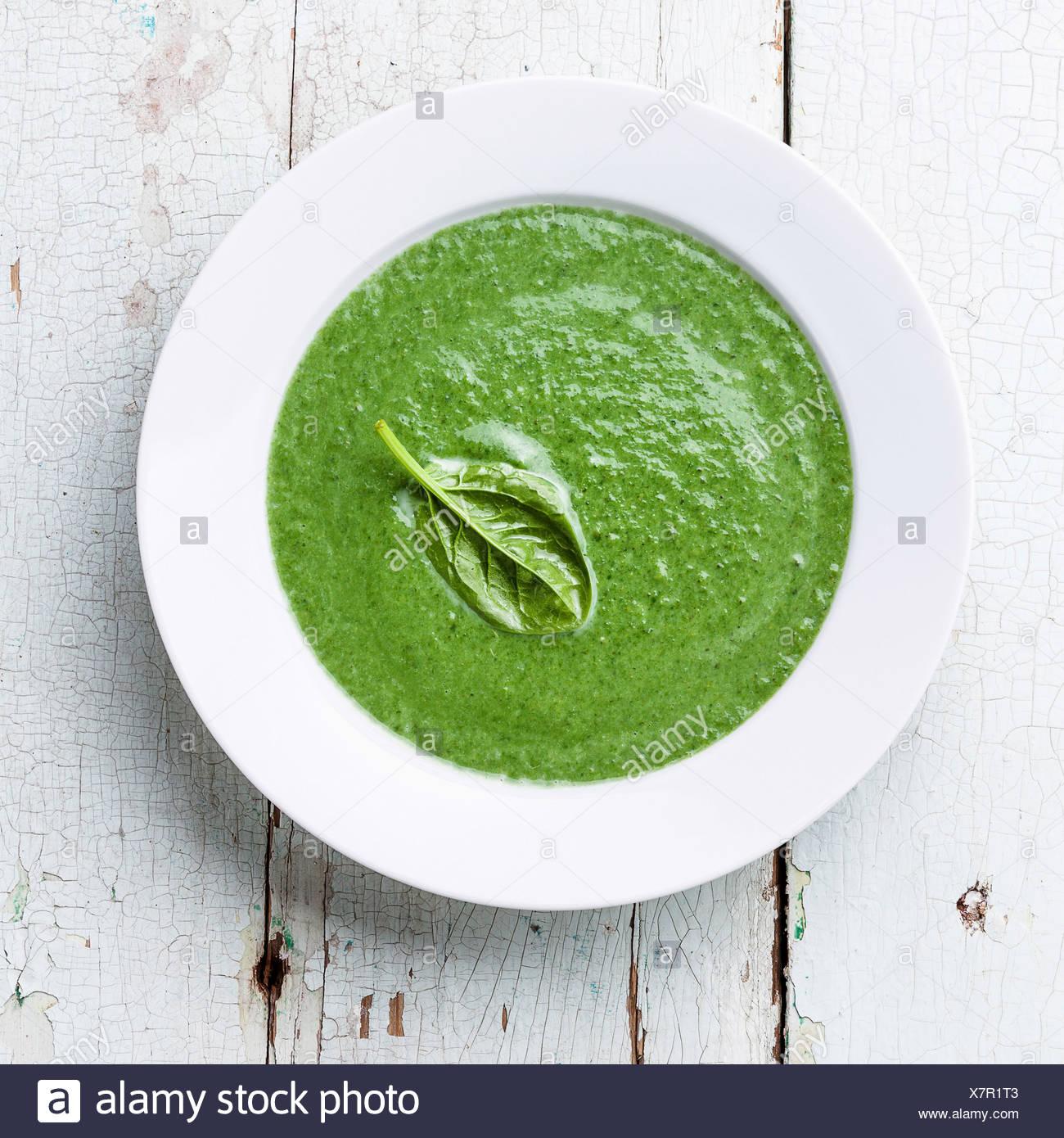 Soupe d'épinard dans un bol blanc Photo Stock