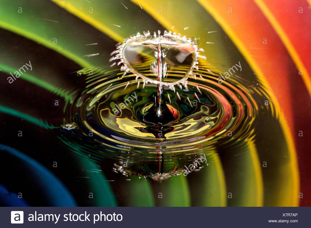Goutte d'eau sur une bulle avec rainbow background Photo Stock