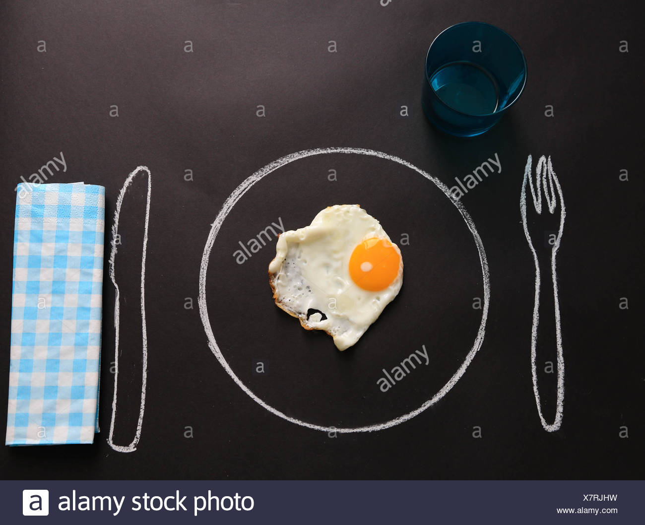 Œuf frit sur plaque tirée à table Photo Stock