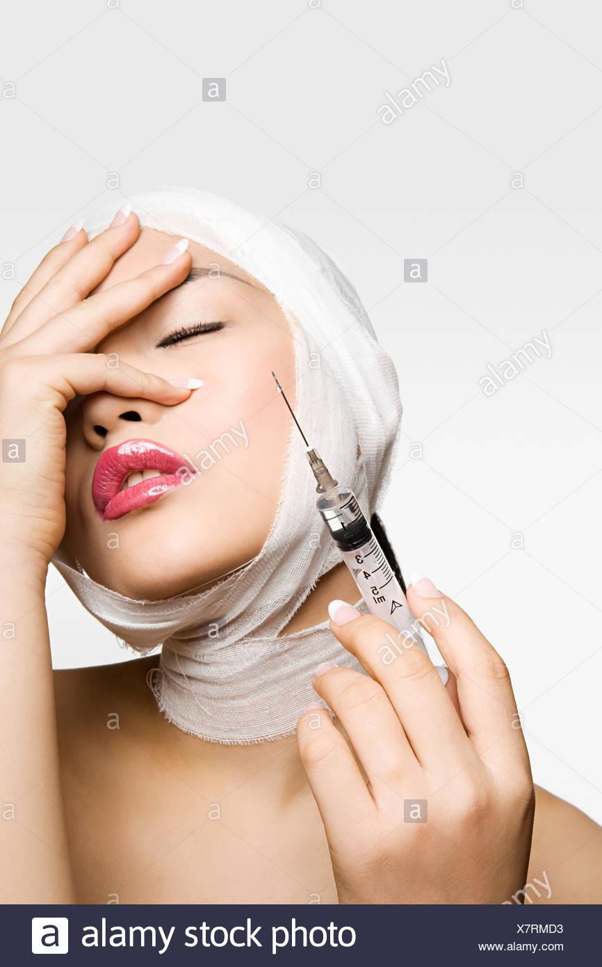 Jeune femme ayant la chirurgie cosmétique Photo Stock