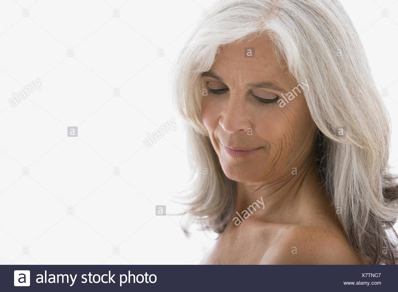 Senior woman with poitrine nue à la bas Photo Stock