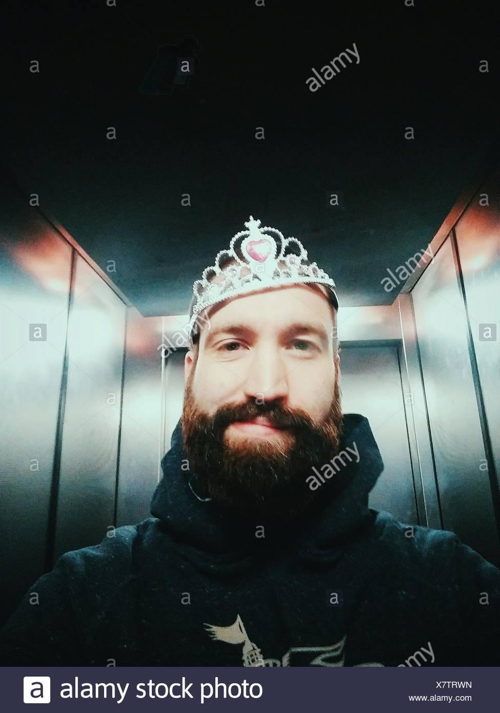 Portrait d'Homme portant couronne en ascenseur Photo Stock