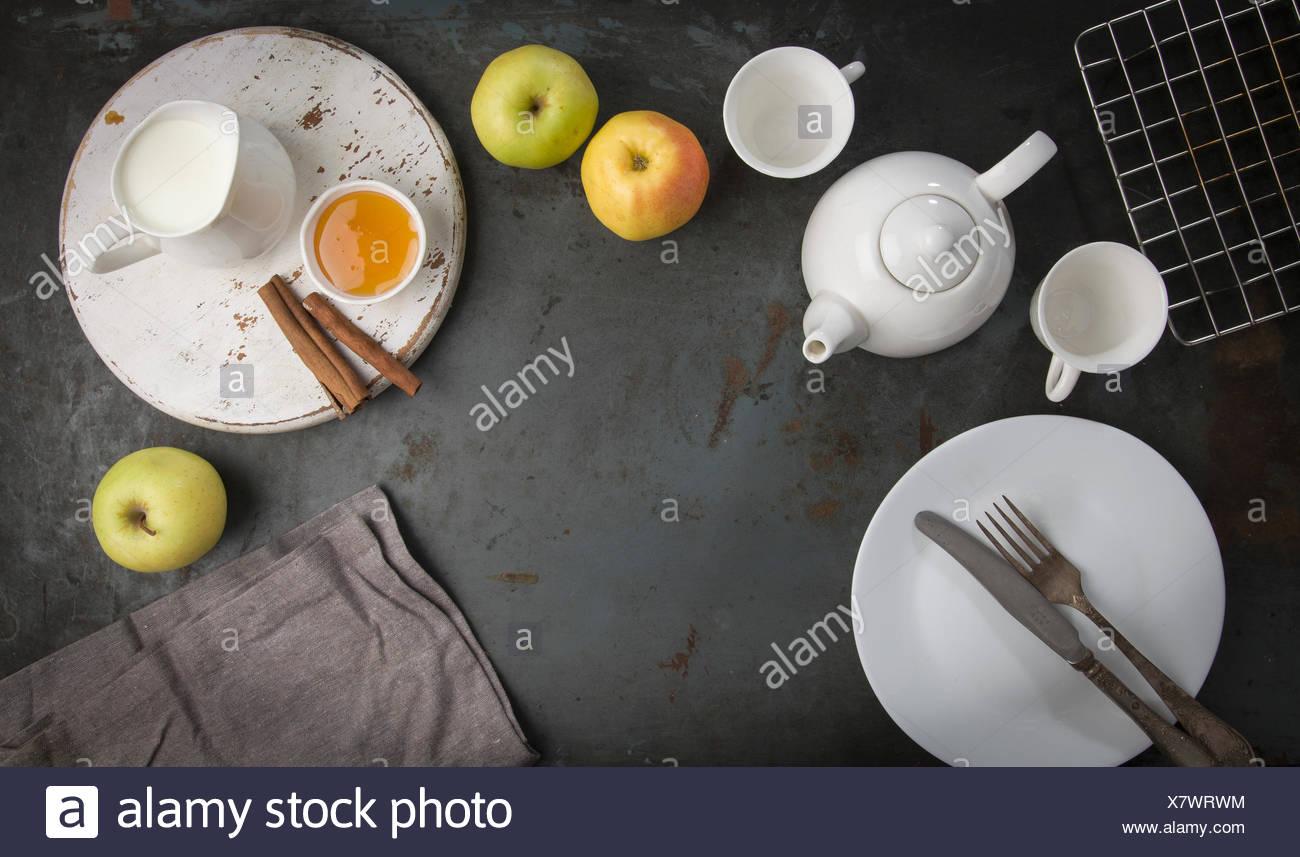 Le petit déjeuner du matin avec du thé et les pommes. Banque D'Images