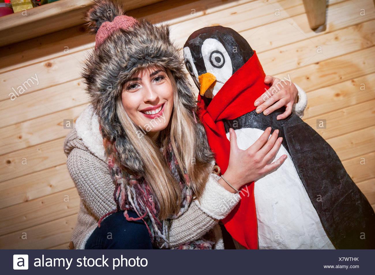 Jeune femme posant avec penguin du prince Photo Stock