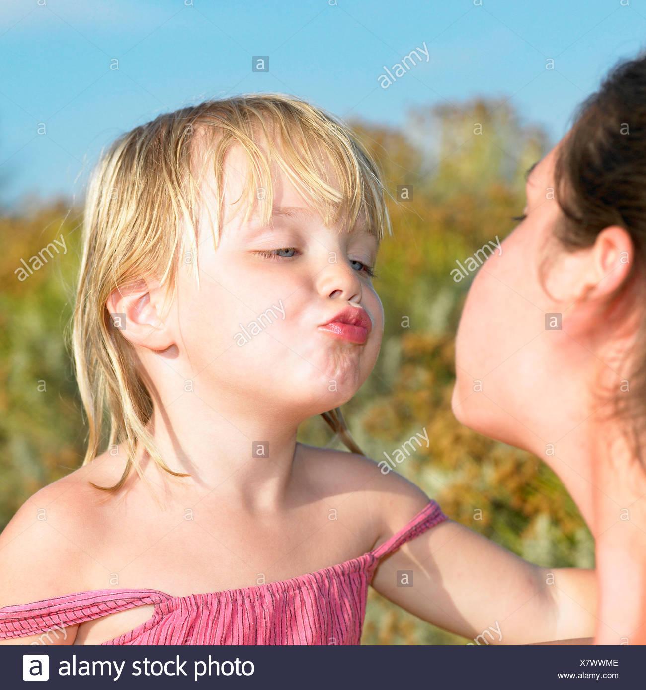 Fille sur sa façon de donner un baiser Photo Stock