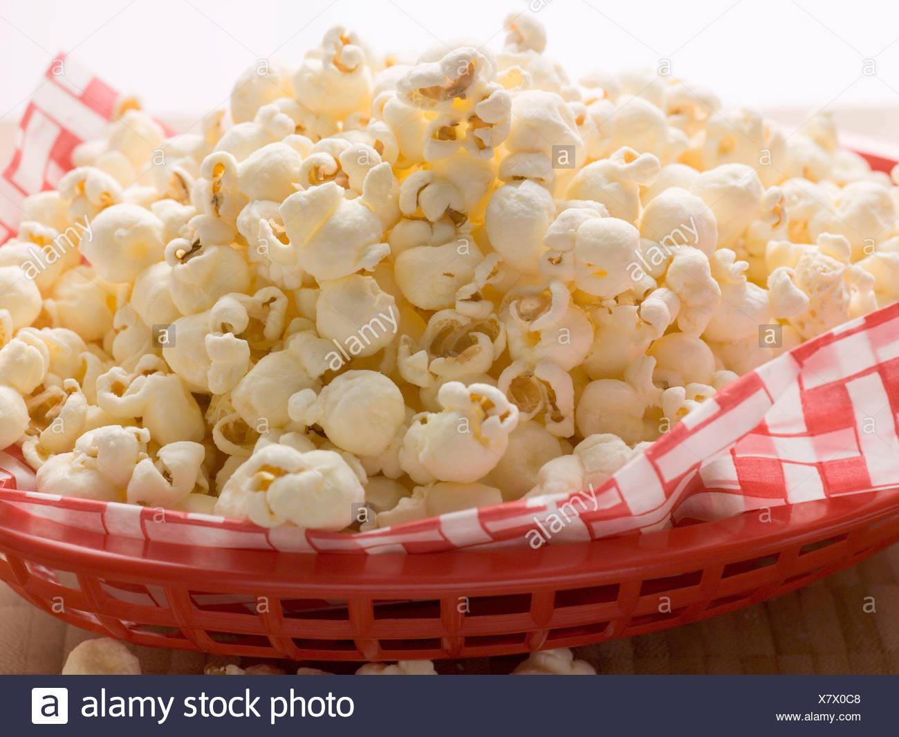 popcorn sur serviette dans le panier en plastique rouge banque d 39 images photo stock 280239576. Black Bedroom Furniture Sets. Home Design Ideas
