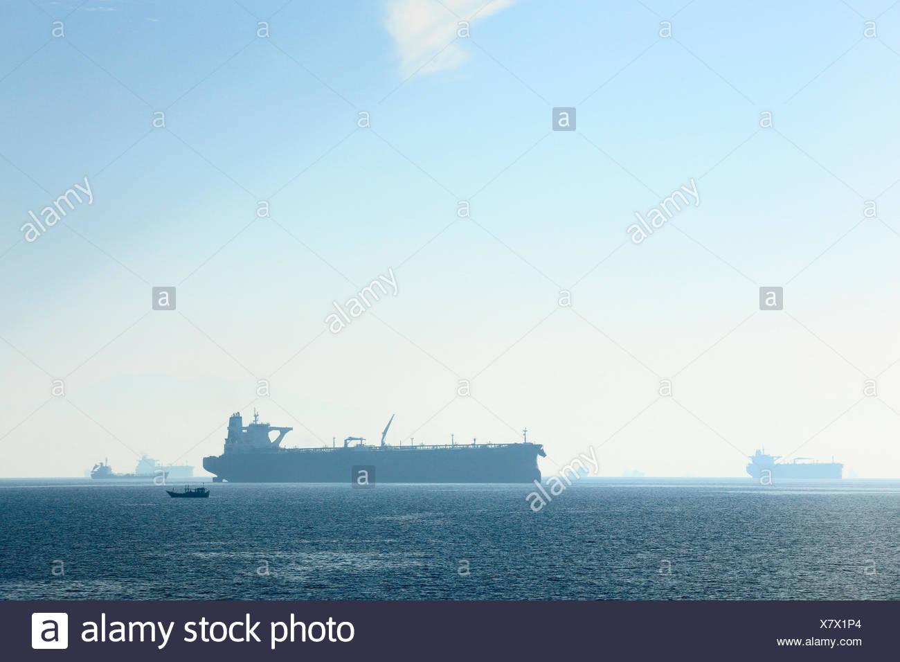 Des pétroliers dans le golfe d'Oman, vu depuis le ferry à Shinas Musandam (Oman), Emirats Arabes Unis. Tous les non-usages de rédaction doivent être effacés individuellement. Banque D'Images