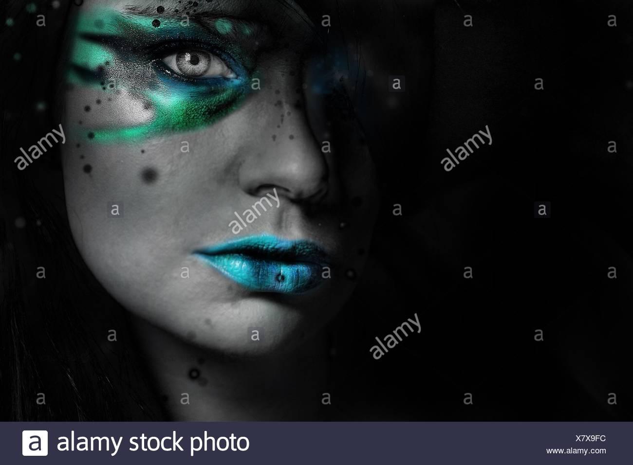 Portrait de jeune femme avec maquillage à la maison Photo Stock