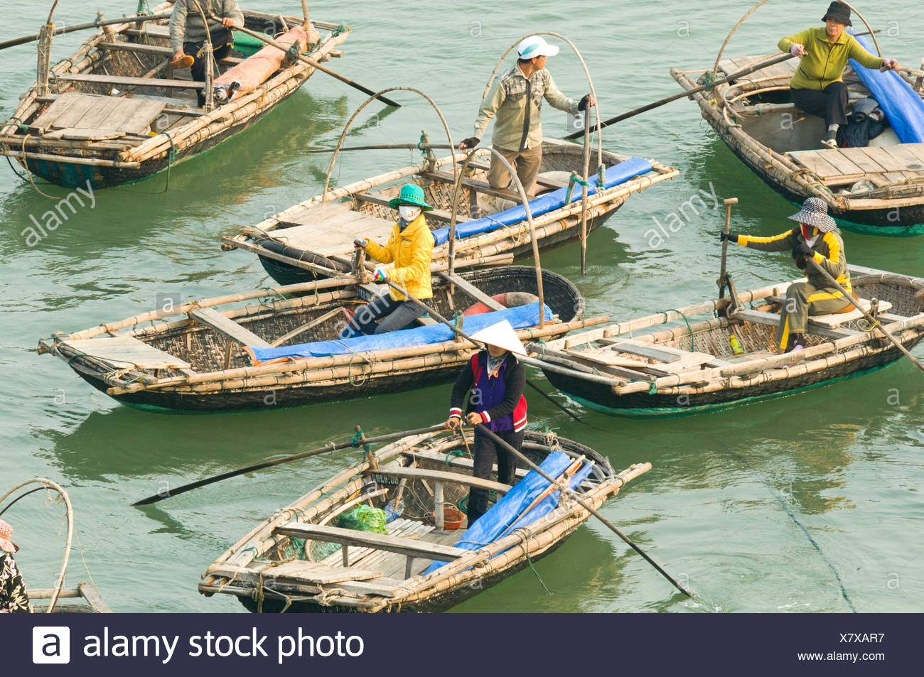 Un floatilla bateaux taxi de passagers attendent à Cat Ba, Vietnam Photo Stock