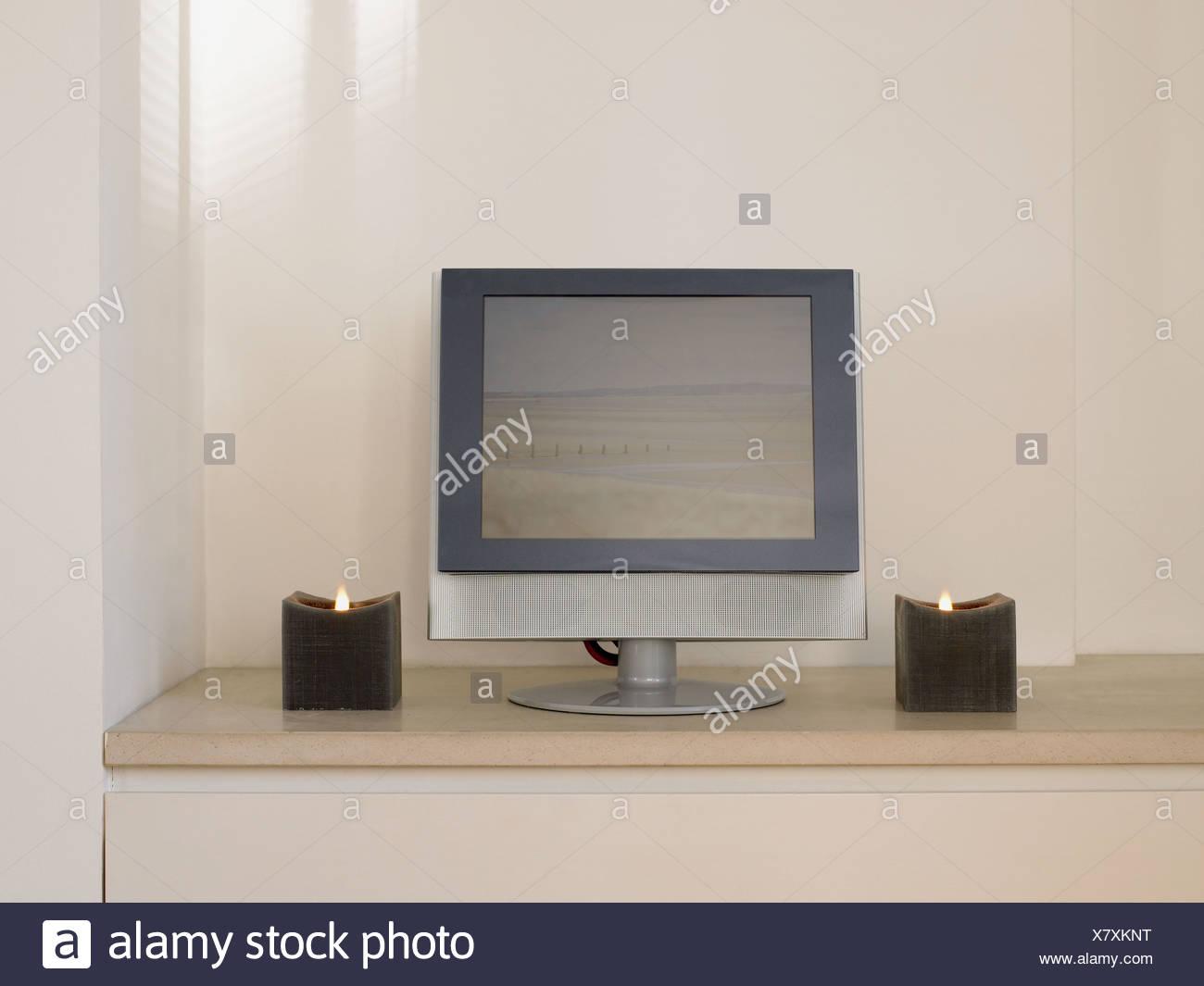 L'écran de télévision et des bougies Photo Stock