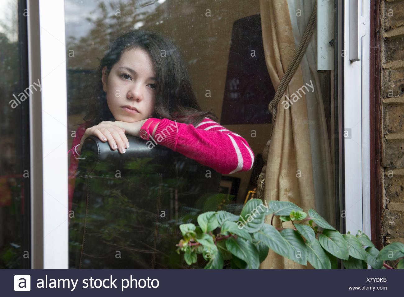 Fille à la recherche d'une fenêtre Photo Stock