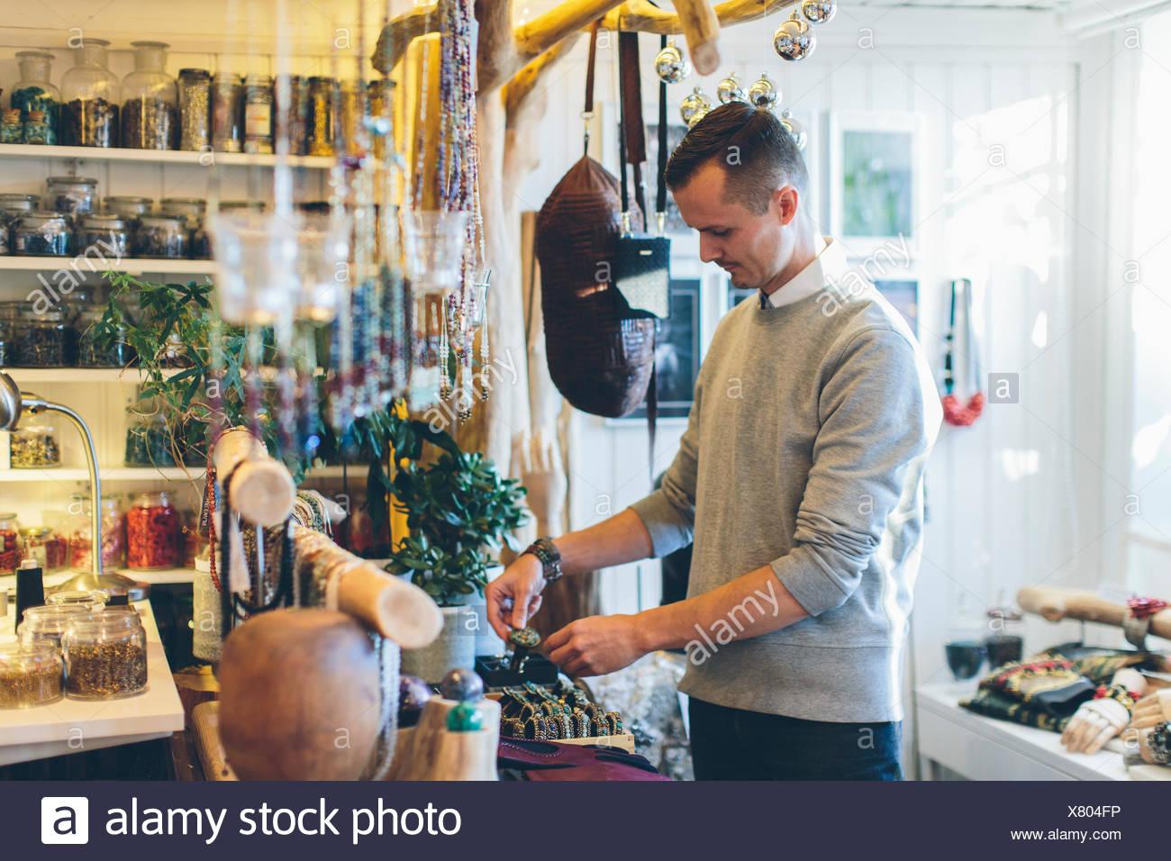 Un bijoutier dans son magasin Photo Stock
