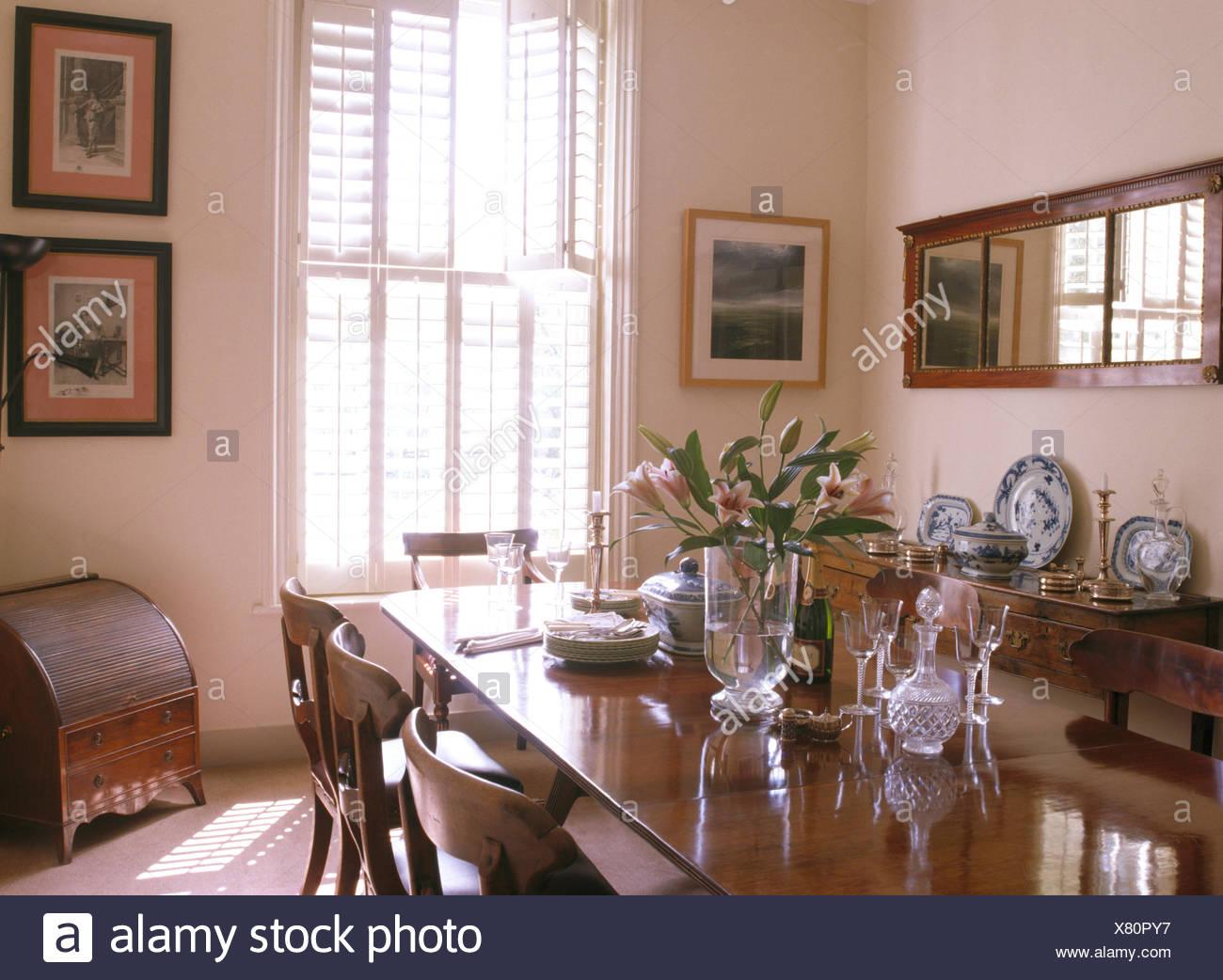Merveilleux Verrerie De Table Dans La Salle à Manger Traditionnelle Avec Des  Obturateurs De Plantation Sur La Fenêtre