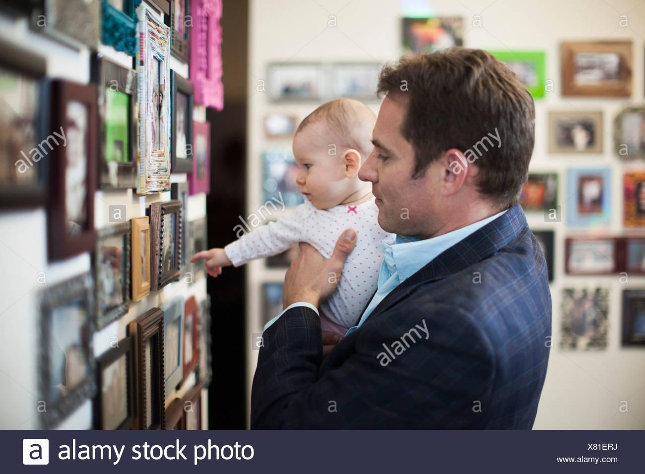 Businessman et regarder des images de bébé Photo Stock