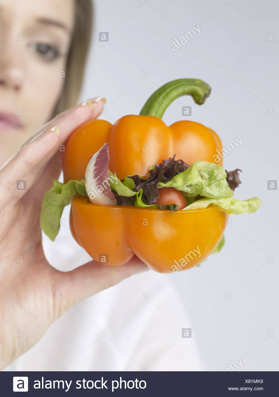 Femme avec légumes poivre-burger Photo Stock