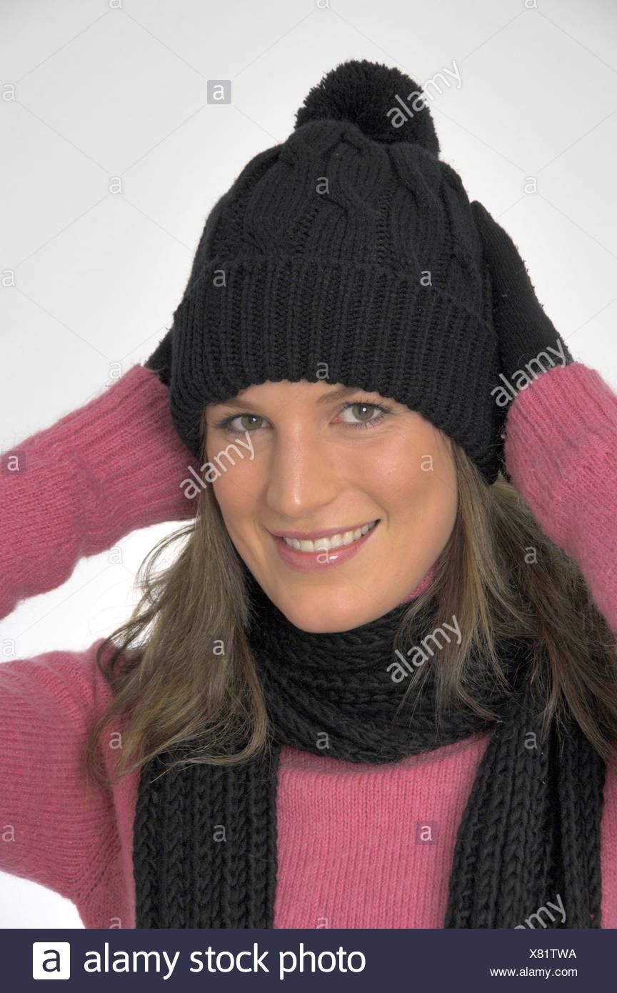 ... Gants chandail pull studio. BWK575 (RM). Femme à l intérieur portrait d hiver  froid habillé de rire cap hat Foulard 92706317074