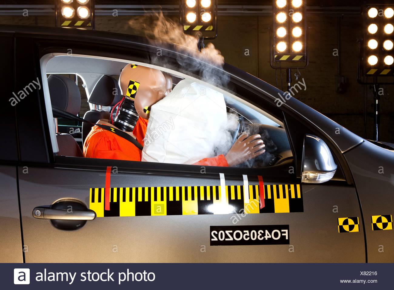 Le déploiement d'un airbag lors d'un crash test Photo Stock