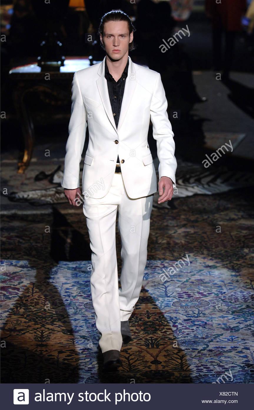 Vêtements pour homme Roberto Cavalli W Milan un homme blond foncé avec  cheveux peignés en arrière portant un button down shirt noir avec costume  blanc bcf887586407