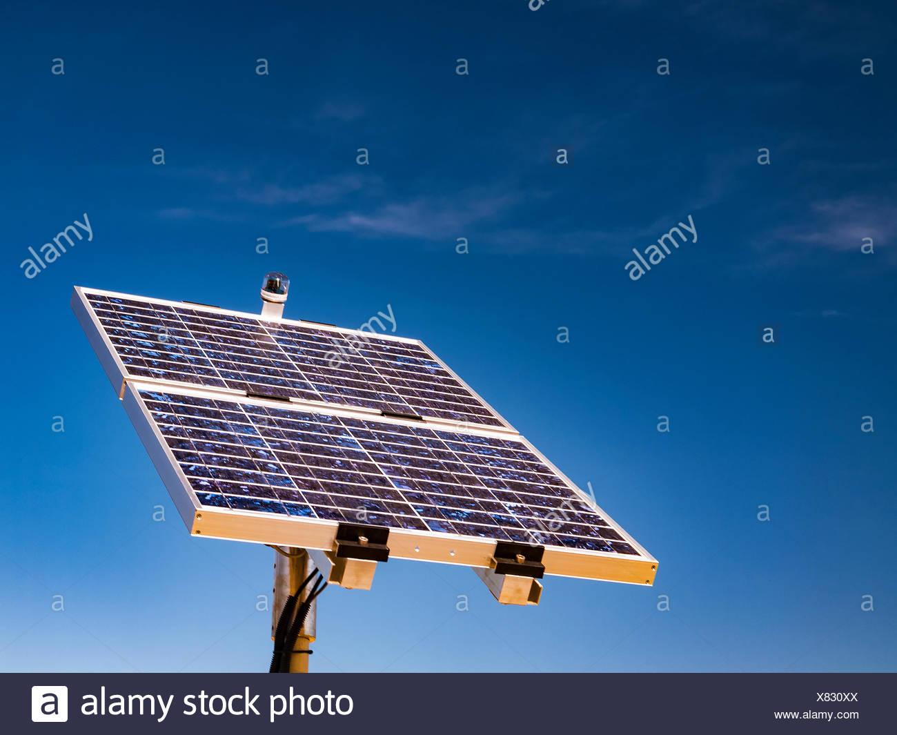 Les cellules photovoltaïques contre un ciel bleu. Photo Stock
