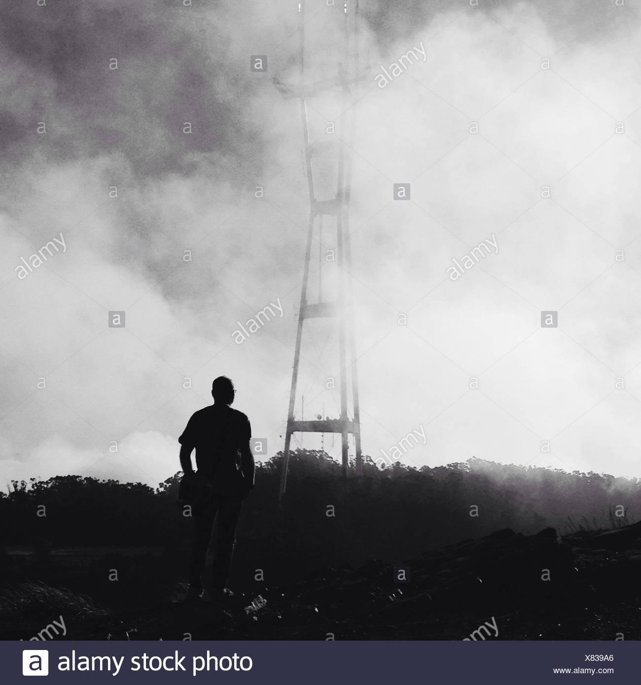 Homme debout entre fumer Photo Stock