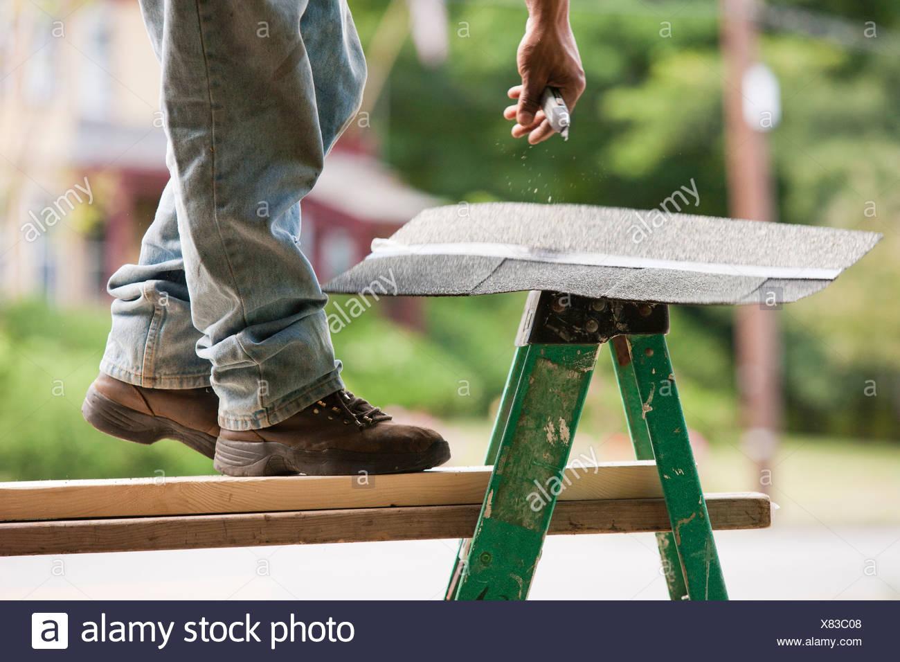 Hispanic carpenter ramasser de galets de bain Photo Stock