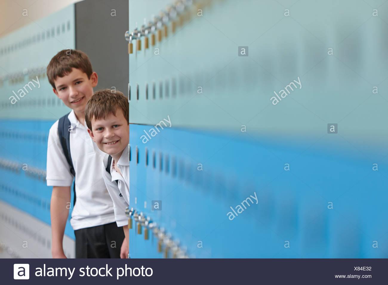 Portrait de deux garçons derrière les casiers Photo Stock