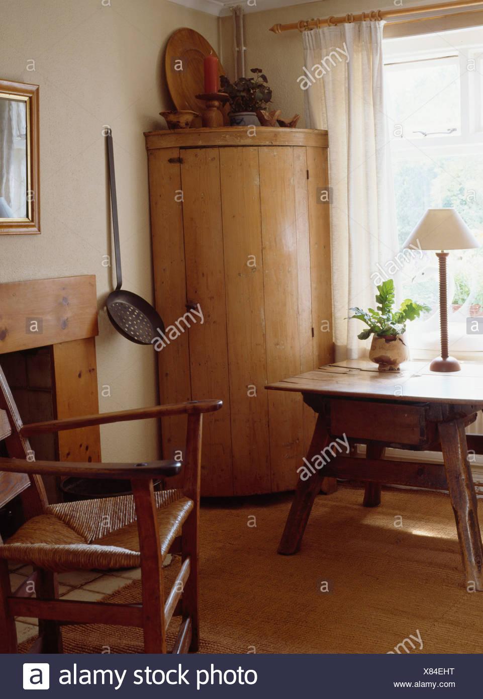 Merveilleux Panneaux Pin Antique Encoignure De Style Shaker Salle à Manger Avec Rush  Assis Une Chaise Et Du0027une Petite Table Ancienne