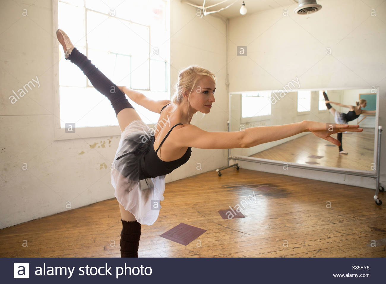 Danseur de Ballet sur une jambe en studio Photo Stock