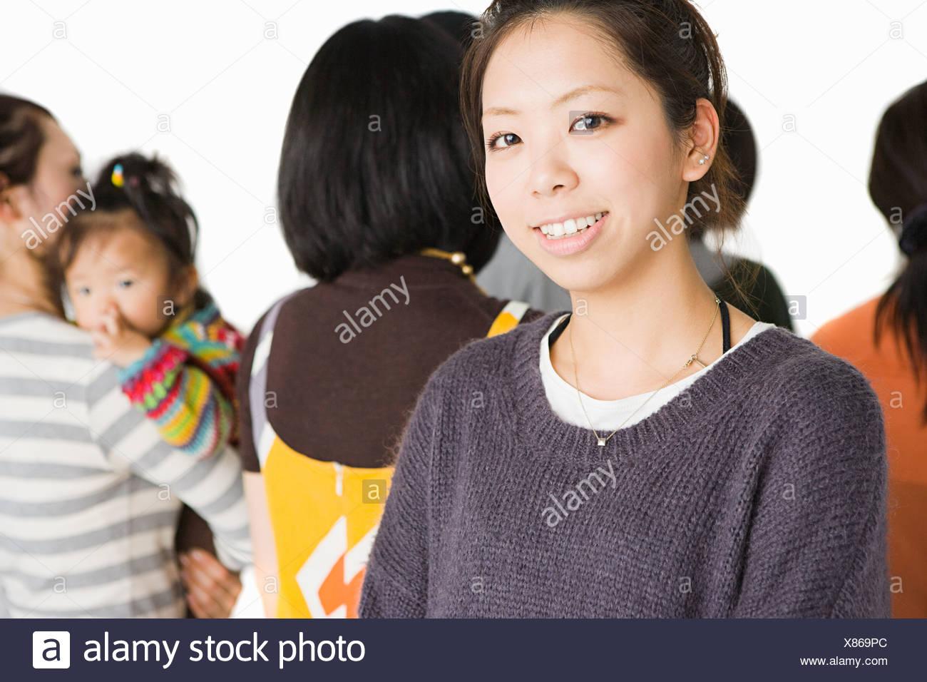 Jeune femme dans le groupe de personnes Photo Stock