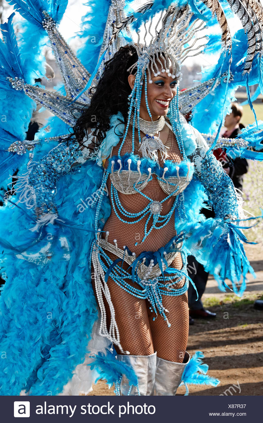 Danseuse Samba racé portant un costume de plumes sophistiqués, défilé de carnaval 2011 Rosenmontagszug, Duesseldorf Photo Stock