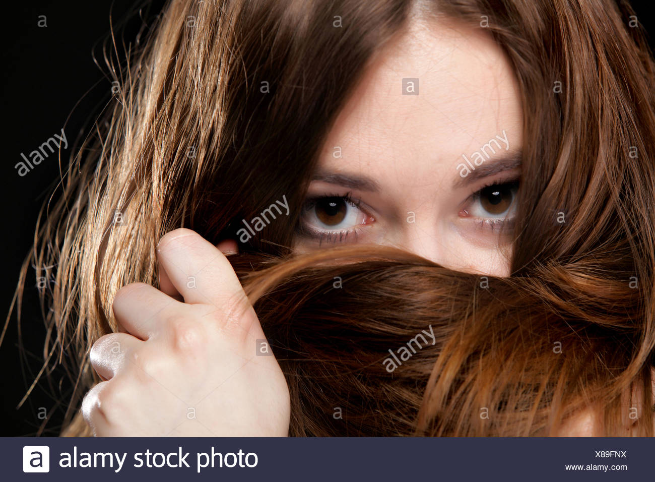 Libre femme couvre la face par de longs poils bruns Banque D'Images