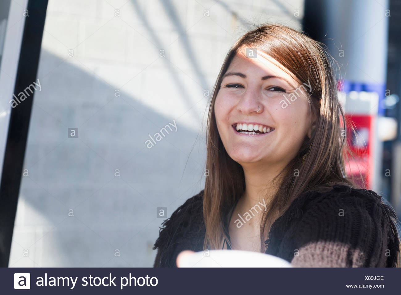 Portrait of a young woman smiling, Freiburg im Breisgau, Bade-Wurtemberg, Allemagne Photo Stock