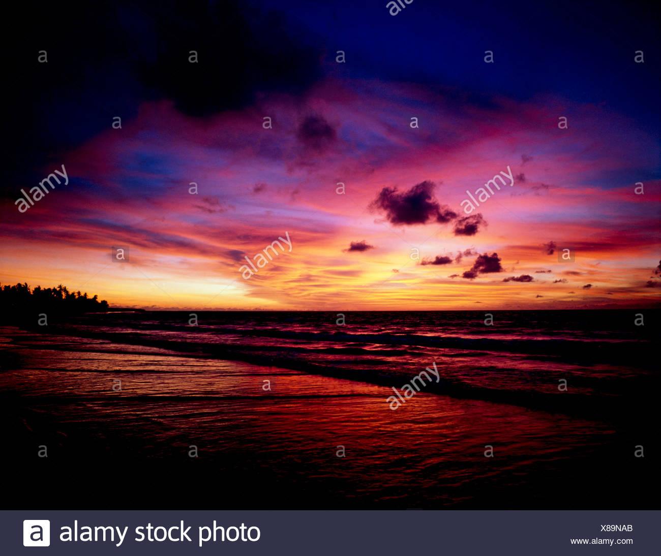 KUTA BEACH AU COUCHER DU SOLEIL,BALI,l'INDONÉSIE Photo Stock