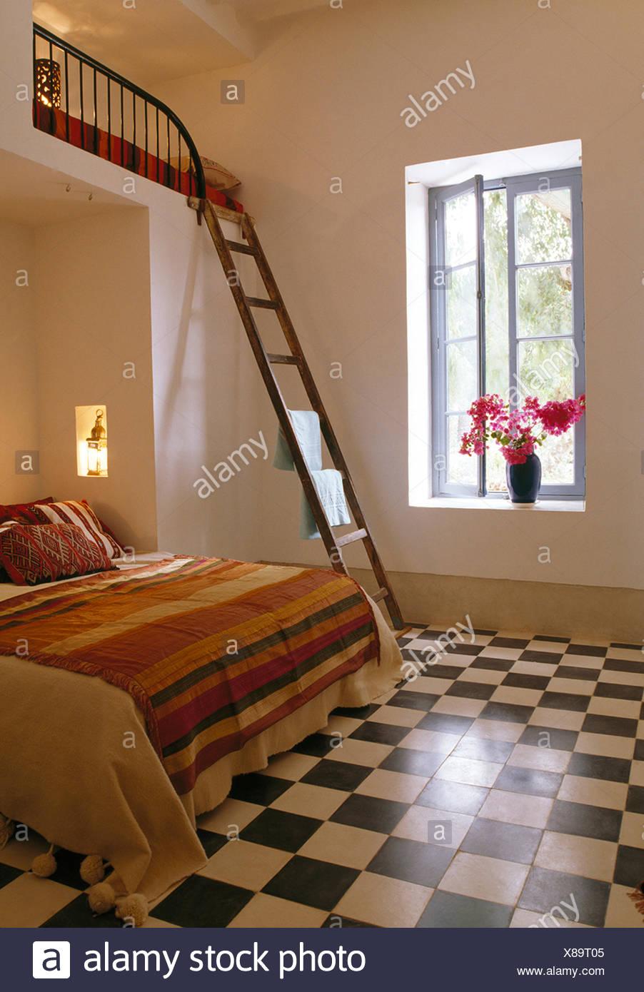Noir Blanc Carrelage En Damier Marocain Moderne Chambre Avec Bain A Cote De Lit Mezzanine Photo Stock Alamy