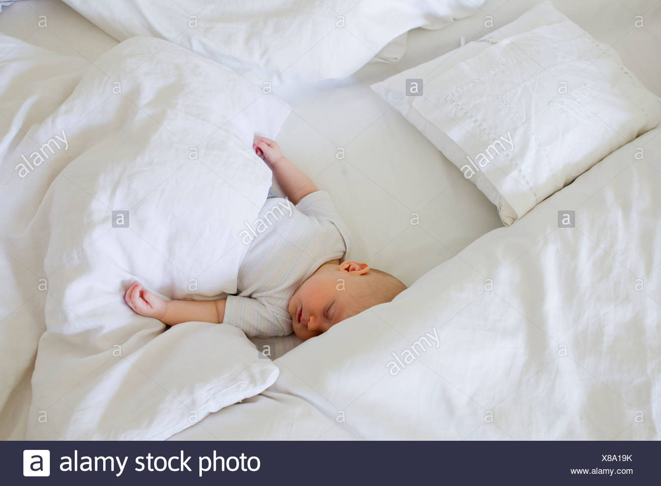 Baby Girl asleep in bed Banque D'Images