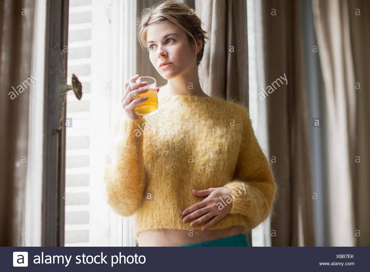Femme à boire le thé de fines herbes Photo Stock
